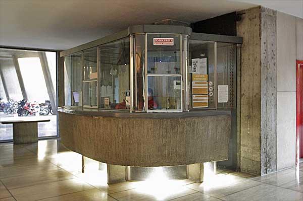 マルセイユのユニテ・ダビタシオン1階のロビーフロアにて|守衛
