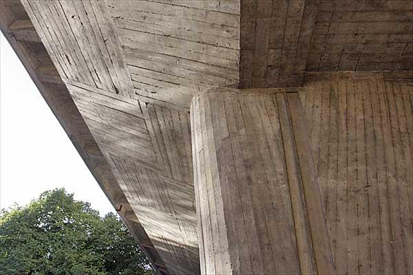 マルセイユのユニテ・ダビタシオンのピロティ|柱の接合部