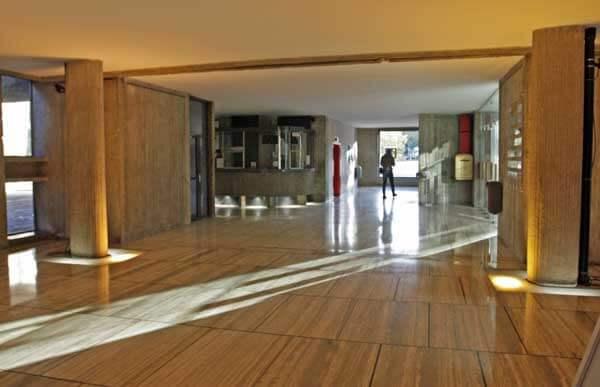 マルセイユのユニテ・ダビタシオン1階のロビーフロアにて